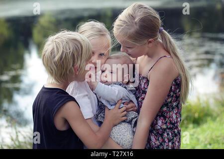 Grande famille. Portrait of happy cute Big et Little Sisters et la peine