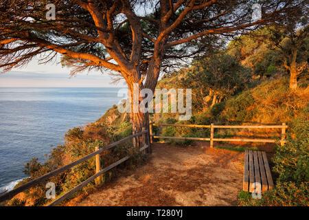Lever du soleil sur la mer en Espagne, point de vue paisible terrasse avec un banc, Costa Brava, Catalogne région. Banque D'Images