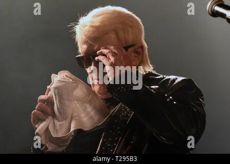 Cologne, Allemagne. 30 mars 2019. Le chanteur Heino est sur sa tournée d'adieux et 'bye' qu'il était à son dernier concert en Allemagne, dans le 'Live Music Hall' sur scène, essuyant le visage avec une serviette. Photo: Horst Ossinger//dpa dpa: Crédit photo alliance/Alamy Live News Banque D'Images