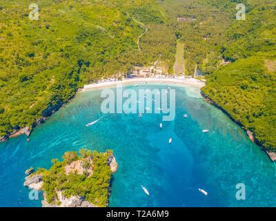 L'Indonésie. Tropical Bay par temps ensoleillé. Station touristique dans la jungle. Plage et bateaux authentiques. Vue aérienne Banque D'Images