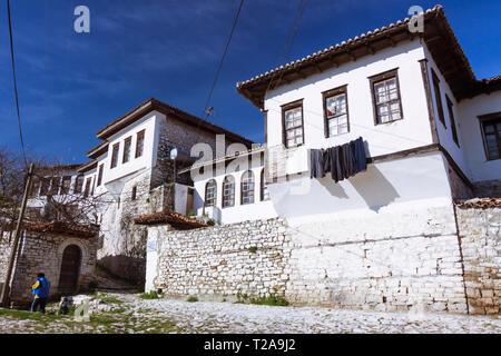 Berat, Albanie: un homme marche passé vieux bâtiments de style Ottoman dans le quartier Kalaja, un quart à l'intérieur de la citadelle byzantine et p