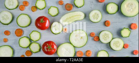 Légumes photo large sur fond de bois. Vue de dessus de concombres, tomates, courgettes, carottes. Banque D'Images