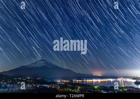Nightview du Mont Fuji avec startrails du lac Yamanaka en hiver.