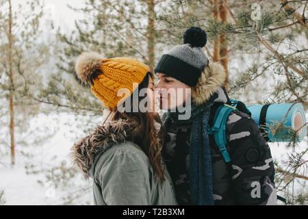 Le kissing couple heureux en amour à la forest nature park dans la saison froide. Histoire d'amour de l'aventure de voyage