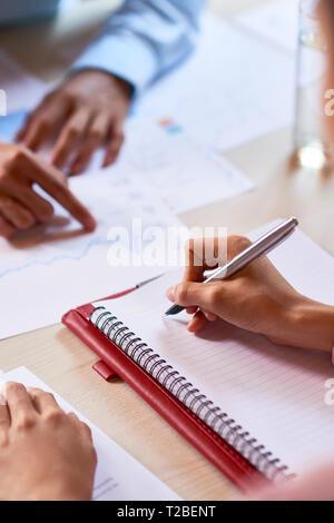 Réunion à businessman taking notes Banque D'Images
