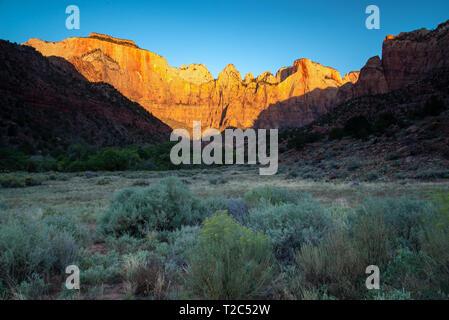 Tours de la Vierge au lever du soleil dans le parc national de Zion dans l'Utah Banque D'Images