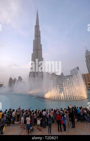 Spectacle de fontaine à jets d'eau au lac artificiel en face de l'édifice, catégorie gratte-ciel Burj Khalifa à Dubaï, Émirats Arabes Unis Banque D'Images