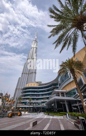 Centre Commercial de Dubaï en face de la gratte-ciel Burj Khalifa à Dubaï, Émirats Arabes Unis Banque D'Images