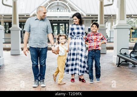 Famille heureuse en gare