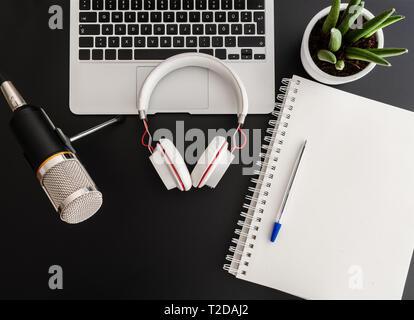Concept d'enregistrement de podcast avec équipement d'enregistrement audio sur dark 24 Banque D'Images
