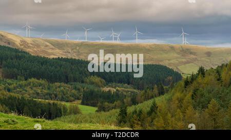 Éoliennes, vu de l'A4107, près de Blaengarw à Bridgend, Mid Glamorgan, Pays de Galles, Royaume-Uni Banque D'Images