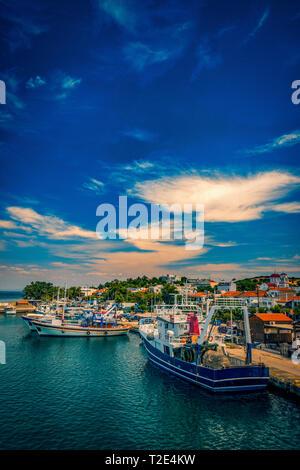 Port Port sur Samothrace Kamariotissa Island en Grèce au cours de journée avec un ciel dynamique et de belles couleurs dans l'eau avec beaucoup d'embarcations à la pie Banque D'Images