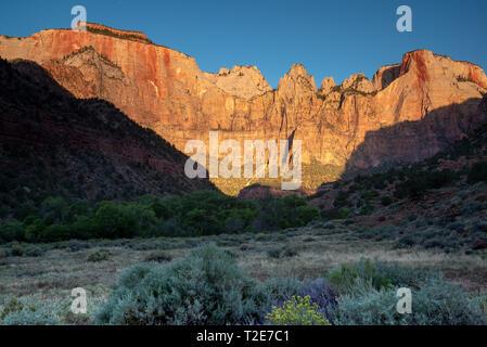 Tours de la Vierge au lever du soleil dans le parc national de Zion dans l'Utah, USA Banque D'Images