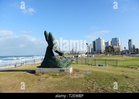 La femme contre le vent sculpture par la promenade de Tel-Aviv. Banque D'Images