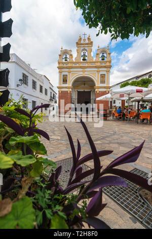 Les touristes sur la place principale en face de la chapelle de San Juan de Letran (Capilla de San Juan de Letran), Zahara de la Sierra, la province de Cádiz, Andalousie, Spai