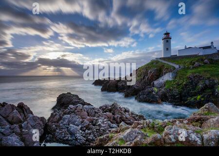 Lever du soleil sur l'océan Atlantique et Fanad Head, dans le comté de Donegal, Ulster, République d'Irlande, Europe Banque D'Images