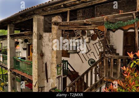 Maison de village de montagne italien avec des outils hanging on wall Banque D'Images