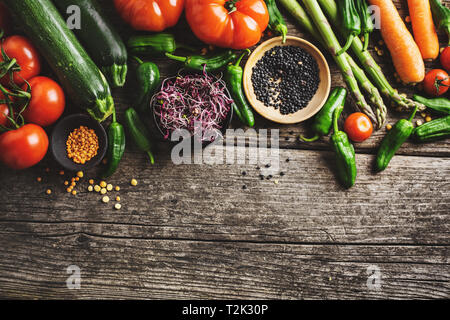 Fond d'aliments sains. Nettoyer l'alimentation saine, la nourriture végétarienne, végétalienne concept. Les légumes biologiques différentes sur fond de bois. Vue de dessus avec l'exemplaire de l'espace.