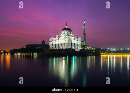 Mosquée Putra à Putrajaya, Kuala Lumpur, Malaisie au crépuscule Banque D'Images