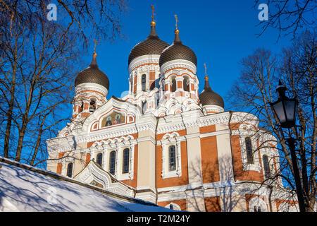 Vue de la cathédrale Alexandre Nevski de contre le ciel bleu. Tallinn, Estonie