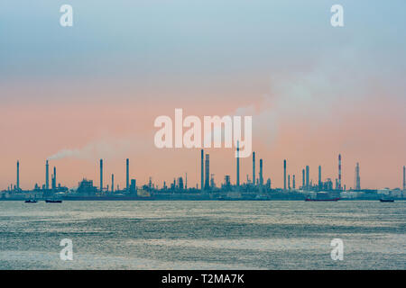 Raffinerie de pétrole au coucher du soleil sur l'Île Bukom à Singapour Banque D'Images