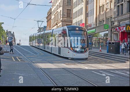 Le tramway électrique d'Édimbourg en ordre décroissant Hill dans le centre-ville, Écosse, Royaume-Uni.. Banque D'Images