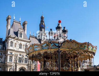 Merry go round sur la place en face de l'Hôtel de ville - Paris