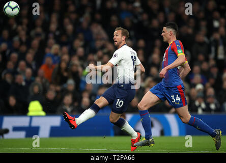 Tottenham Hotspur Harry Kane (à gauche) et Crystal Palace's Martin Kelly en action au cours de la Premier League match à la Tottenham Hotspur Stadium, Londres. Banque D'Images