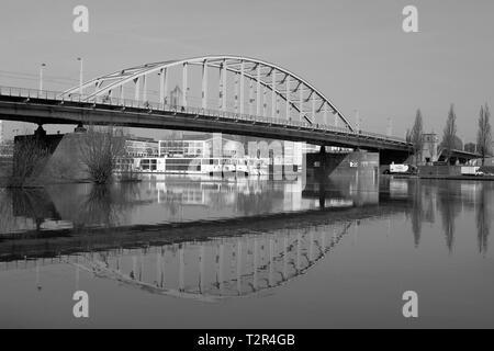 Pont John Frost sur Rhin à Arnhem noir blanc