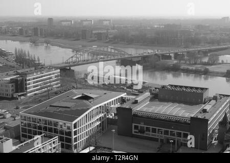 Vue aérienne du pont John Frost sur le Rhin inférieur en Hollande