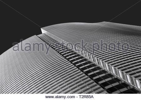Forme abstraite de l'architecture moderne immeuble de bureaux, low angle view gratte-ciel, noir et blanc photo bâtiment dynamique Banque D'Images