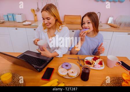 Petit déjeuner en famille. Transmission d'indépendant bénéficiant d''un déjeuner en famille avec sa sœur adolescente mignon Banque D'Images