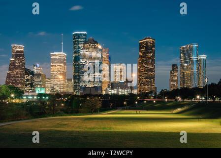 Vue de la Houston skyline at night d'Eleanor Tinsley Park, à Houston, Texas