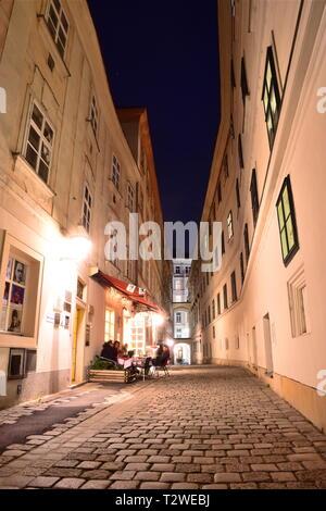 Blutgasse, étroite rue pavée avec maisons baroque historique de la vieille ville de Vienne la nuit. Banque D'Images