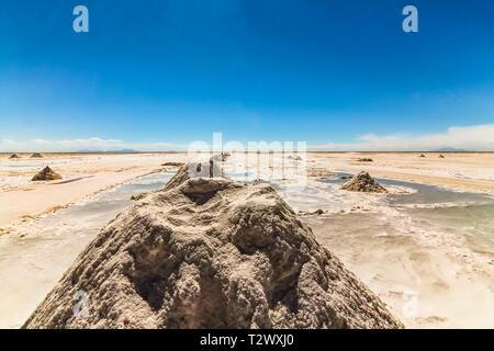 Une ligne de pieux de sel formation à Salar de Uyuni, Bolivie Banque D'Images
