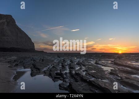 Magnifique coucher de soleil dans une plage près d'un parc national dans la région de Algarve, Portugal Banque D'Images