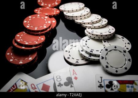Jouer au poker au casino. Feeling Lucky aller au jeu. Des cartes et des jetons de poker de près.