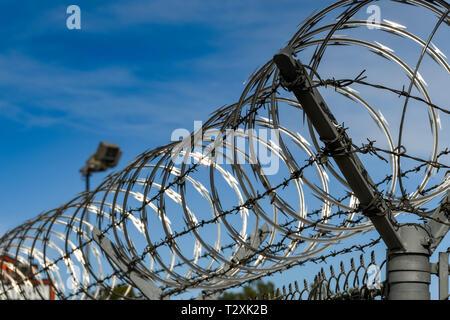 LAS VEGAS, NEVADA, USA - Février 2019: des bobines de fil de fer barbelé sur une clôture de sécurité autour de l'aéroport international McCarran de Las Vegas.