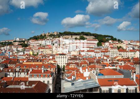 11.06.2018, Lisbonne, Portugal, Europe - une vue sur la ville historique de Baixa district avec le Castelo de Sao Jorge dans la toile. Banque D'Images