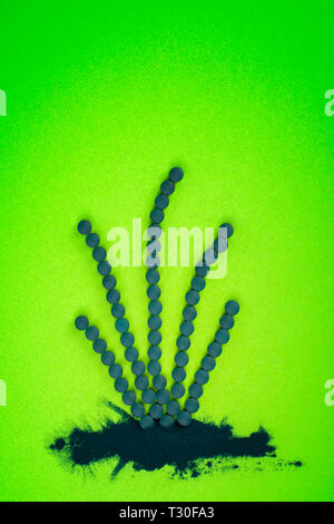 La spiruline en comprimés et poudre en forme d'algues. Superfood vert, de désintoxication.