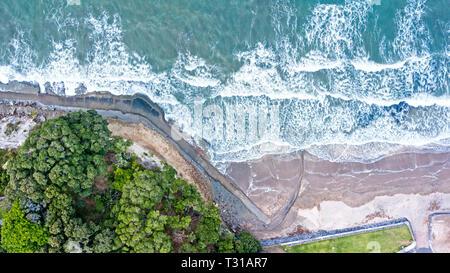 Vue aérienne de mairangi beach, sur une journée venteuse et ondulée dans Auckland, Nouvelle-Zélande