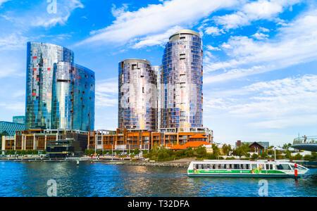 Ritz Carlton Hotel et les tours à Elizabeth Quay avec un ferry TransPerth en passant Banque D'Images