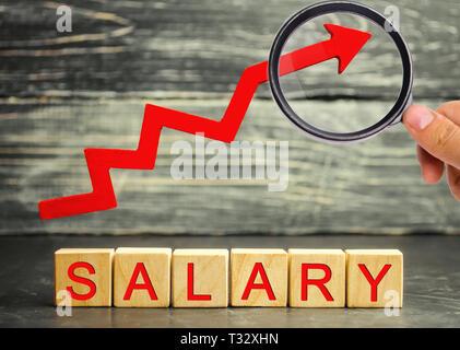 L'inscription salaire et la flèche rouge vers le haut. augmentation de salaire, les taux de salaire. la promotion, l'avancement de carrière. d'améliorer le niveau de vie augmenter. Banque D'Images
