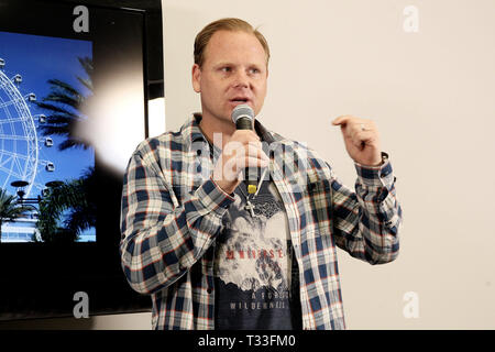 New York, NY - 13 avril: Nik Wallenda, prend la parole à une conférence de presse où il a révélé son prochain tour aura lieu le 29 avril 2015 à l'oeil d'Orlando a dévoilé, situé à Orlando, en Floride.. Wallenda va tenter de marcher sur le dessus de la roue d'observation géante sans un ancrage d'un fil et sans même s'il est en mouvement. L'article 400 pieds de haut, l'oeil d'Orlando fait partie de l'I-Drive 360 complexe de divertissement, qui célèbre la grande ouverture de ce mois et est situé au coeur de OrlandoÔs ÔI International revitalisé récemment-DriveÔ District. La conférence de presse a eu lieu sur Apri