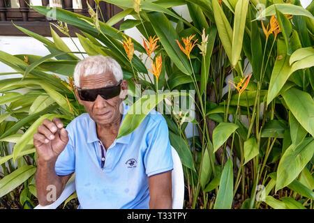 La vieille ville fortifiée de Cartagena Colombie centre centre Getsemani résidents résidents hispaniques senior homme cheveux blanc lunettes de soleil Banque D'Images