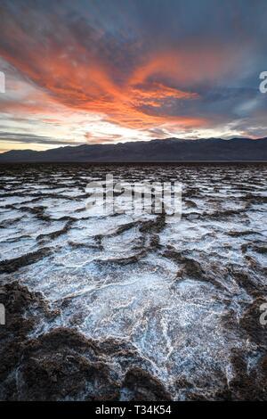 Coucher de soleil sur le bassin de Badwater, Death Valley National Park, comté d'Inyo, California, United States