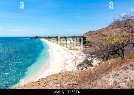 L'un dollar beach. Plage de sable jaune Idillic du Timor oriental, au Timor-Leste. Littoral avec des collines, des montagnes et la savane sèche. Paysage rural et la nature b