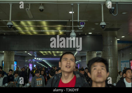 Les caméras de sécurité CCTV fonctionnant à la sortie d'une gare ferroviaire à Nanchang, province de Jiangxi, Chine. 06-Apr-2019