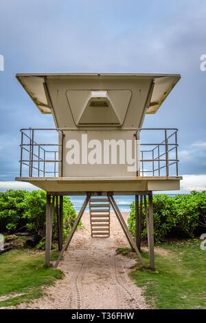 Moody ciel au-dessus de la Waimanalo Beach lifeguard tower sur le côté au vent d'Oahu, Hawaii Banque D'Images