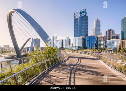 Fin d'après-midi chaud sur le pont Elizabeth Quay, avec le Perth CBD derrière, Elizabeth Street, Perth, Australie occidentale Banque D'Images